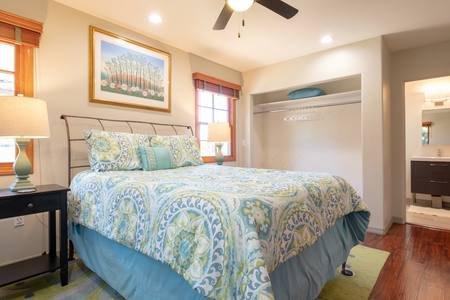 La camera da letto luminosa e ariosa ha un sacco di spazio e un bagno annesso