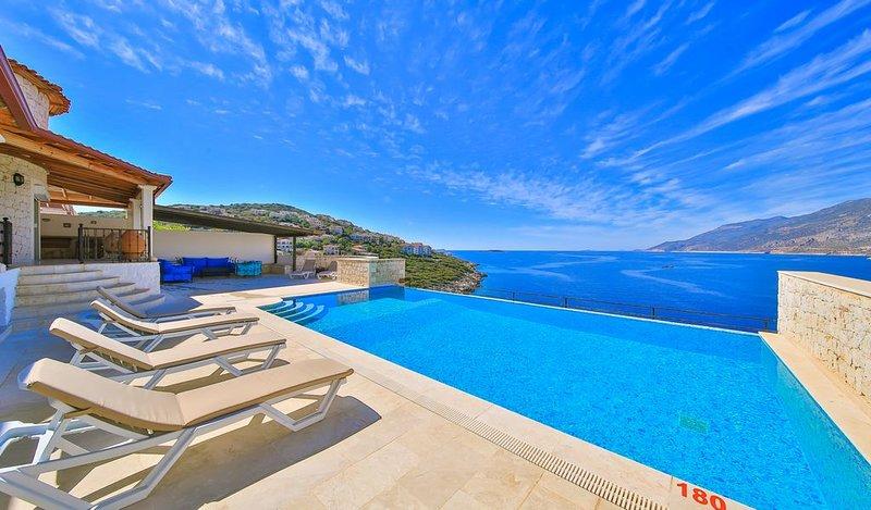 Splendida vista sul mare dalla terrazza della piscina.