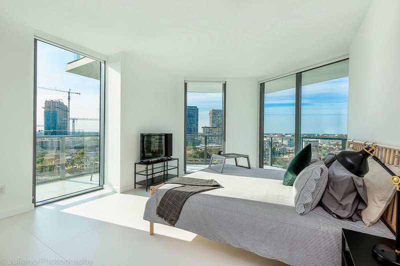 Modern 2-Bedroom + Den Apt with BayViews in the Heart of ...