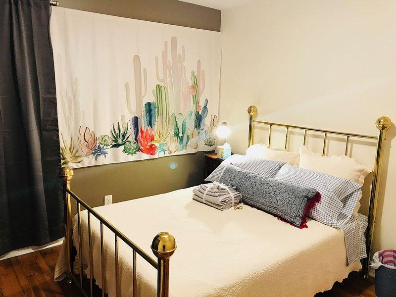 cama de tamanho completo no quarto acolhedor bonito!