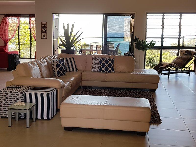 Camera familiare a pianta aperta con splendida brezza marina.