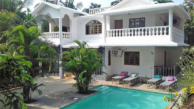 Tropical Villa with Private Pool and own Decked Outdoor Space, vakantiewoning in Goa Velha