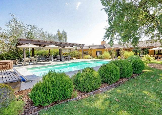 Sonoma Hideaway: Secluded Wine Country Gem on 2 Acres w/ Hot Tub, Heated Pool, location de vacances à Vineburg