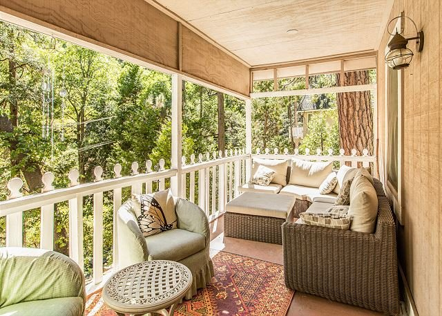 The Cottage: Charming Getaway w/ Loft & Deck - Near Lake Arrowhead Village, alquiler de vacaciones en Blue Jay