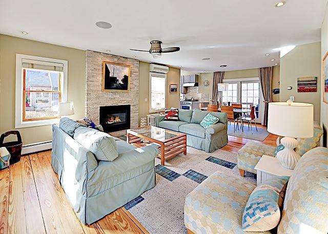 Updated & Spacious Gem in Quiet Neighborhood -- Deck, Yard & Private Hot Tub, location de vacances à Provincetown