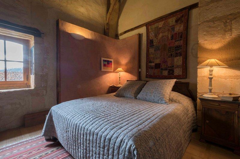 Habitación Bergerac, cama 160, baño con bañera.