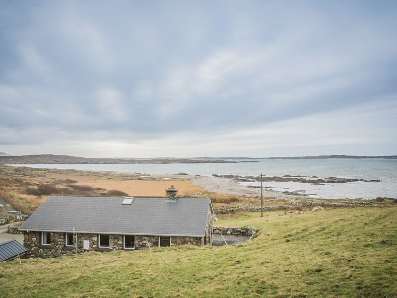 Errislannan Stone Cottage - This charming cottage offers stunning views over Err, holiday rental in Clifden