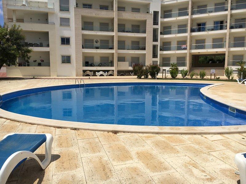 Luxury 1bed Apt On 2nd Floor Large Balcony 2 Private Pools, alquiler de vacaciones en Areias de Sao Joao