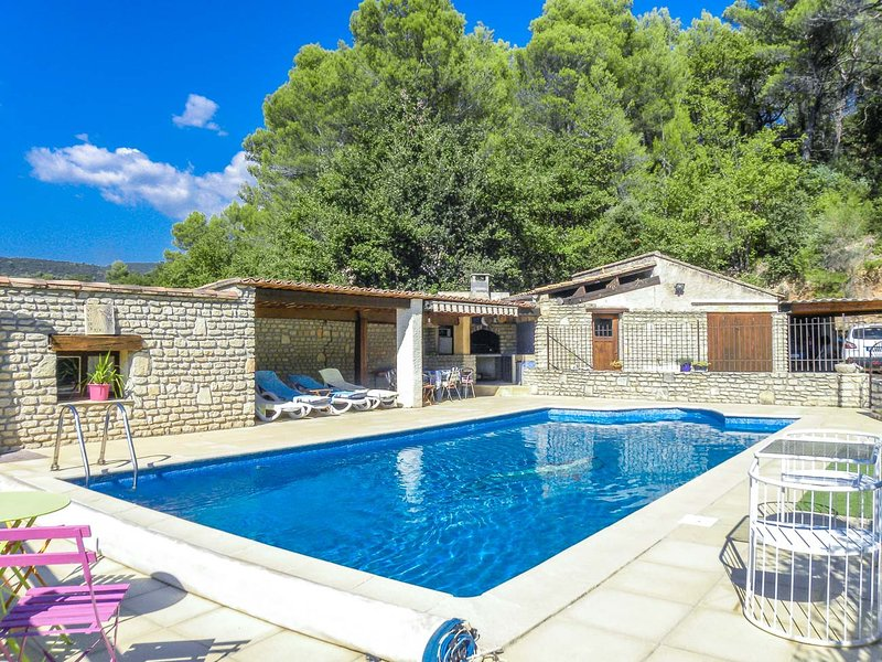 Holiday home in Luberon area, with A/C, pool child-safe, dogs allowed, holiday rental in Lioux