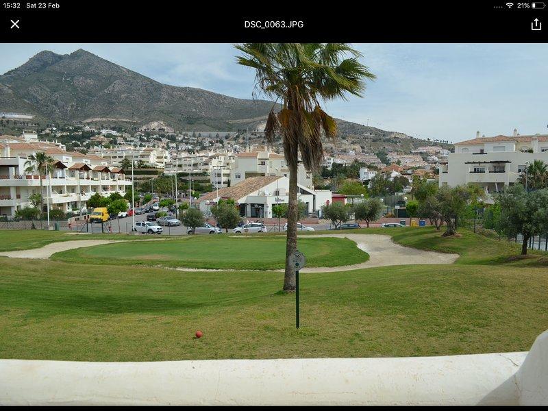 Vue de la grande terrasse donnant sur le 18ème vert avec vue sur la montagne.