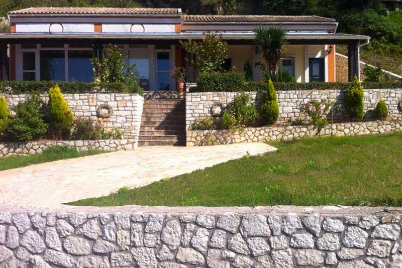 Dreamy apartment near a Corfiot village and a lovely beach, aluguéis de temporada em Agii Douli