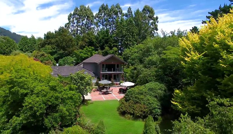Centennial House Taupo Luxury Boutique Lodge, stunning gardens & water features, casa vacanza a Ohakuri