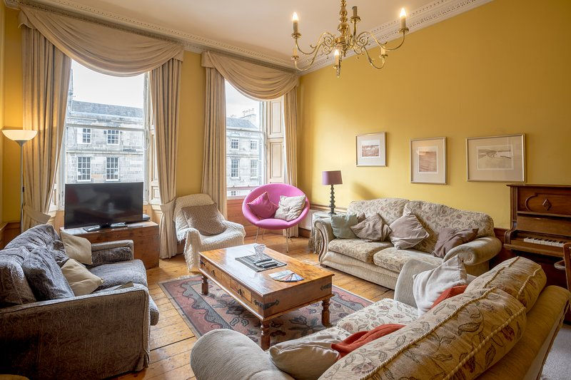 A POPULAR, CITY CENTRE, 5-BEDROOM GEORGIAN APARTMENT - quiet and comfortable., vacation rental in Edinburgh