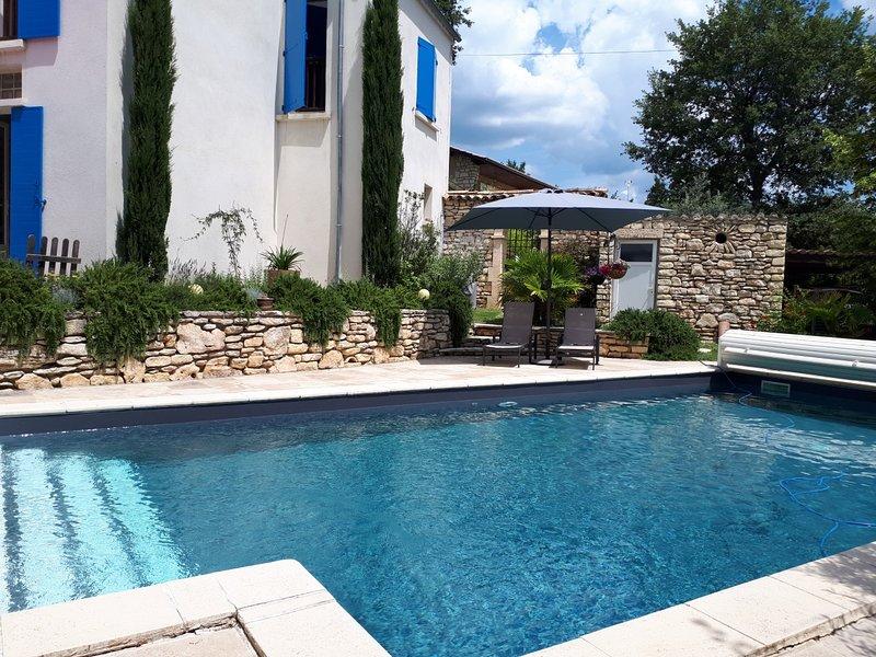 'Les Romarins', Studio indépendant au rez de jardin, au calme, avec piscine, alquiler vacacional en Montfuron
