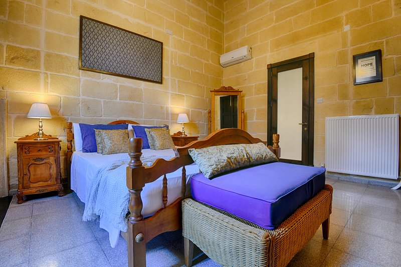 Ta'Ferres B&B, Large Double Room with en-suite, casa vacanza a Xewkija