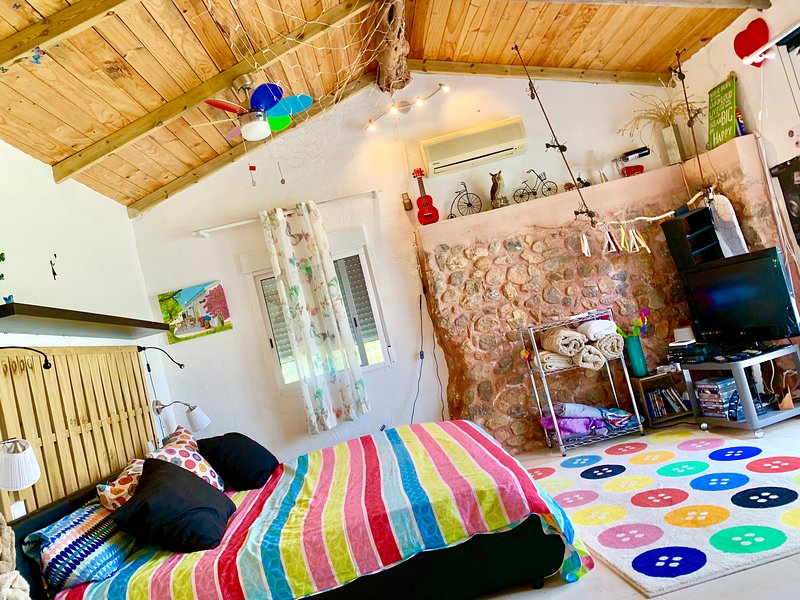 little cozy house with big pool 10x5 WIFI, holiday rental in Cala Llenya