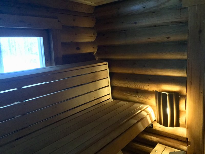 Log cabin with woodheated sauna and barbecue hut, alquiler vacacional en Raudanjoki