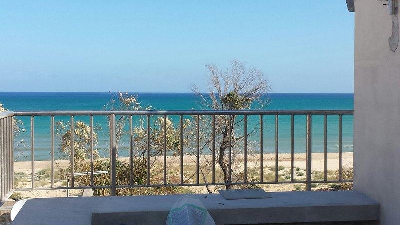 Mansarda con terrazzo sul mare, fresca, ventilata, solarium, sulla spiaggia,, vacation rental in Alcamo Marina