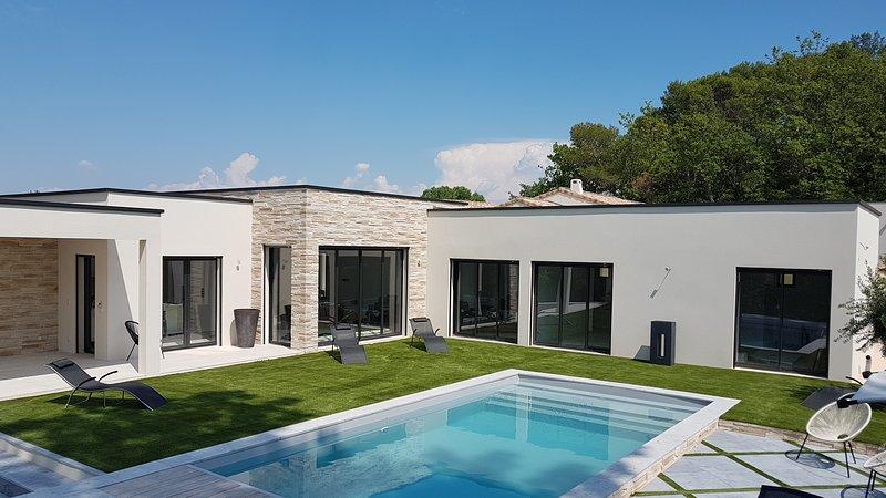 La contemporaine Beau Soleil vous séduira par son élégance et son environnement., vacation rental in St Just d'Ardeche