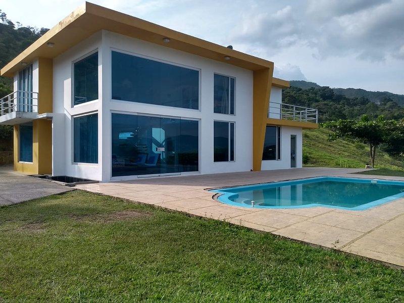 Grande villa confortable avec piscine privée, espaces verts et le meilleur environnement pour se reposer.