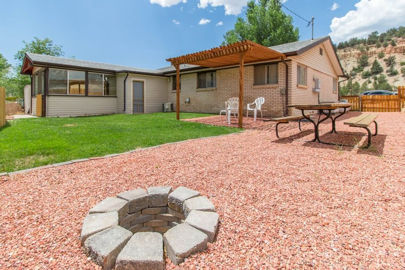Mt Carmel Junction private home - easy access to Kanab, Zion National Park, and, holiday rental in Mount Carmel