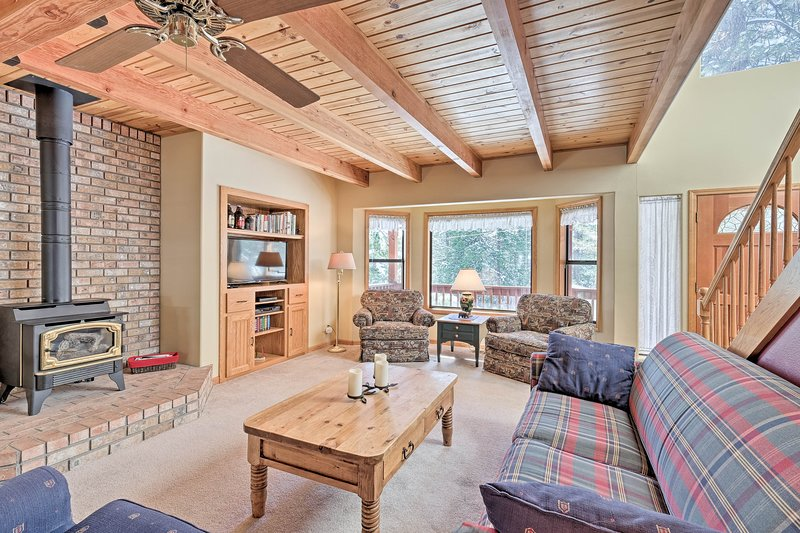 Peaceful Arnold Home w/Hot Tub-Mins to Bear Valley, holiday rental in Barton
