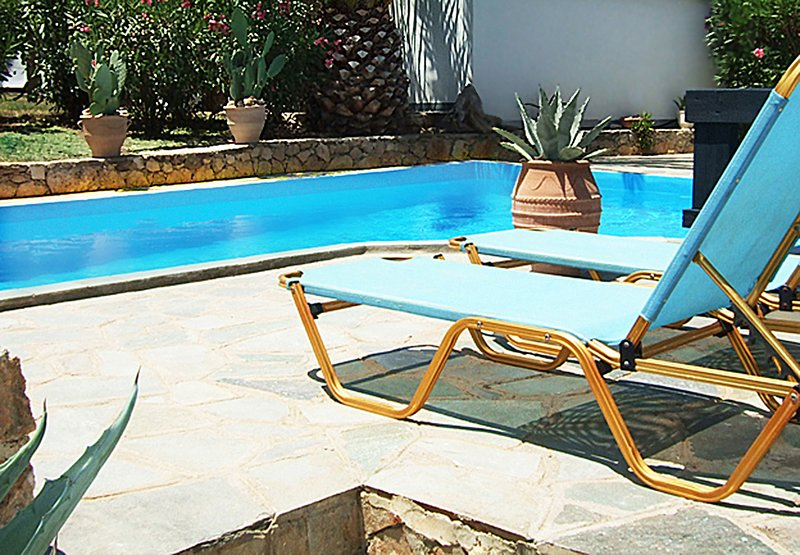 FAMILY-FRIENDLY VILLA WITH PRIVATE POOL IN A RURAL LOCATION NEAR THE SEA, alquiler vacacional en Achlades