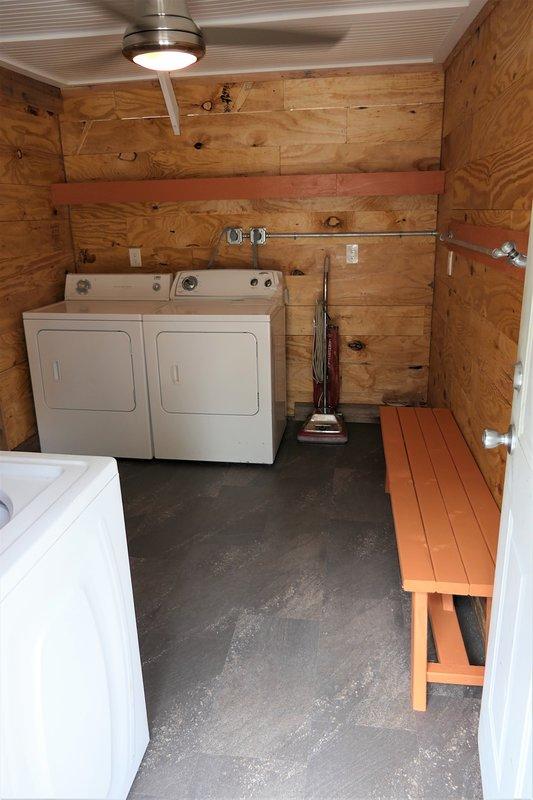 laveuse et sécheuse dans une buanderie séparée entre les 2 maisons