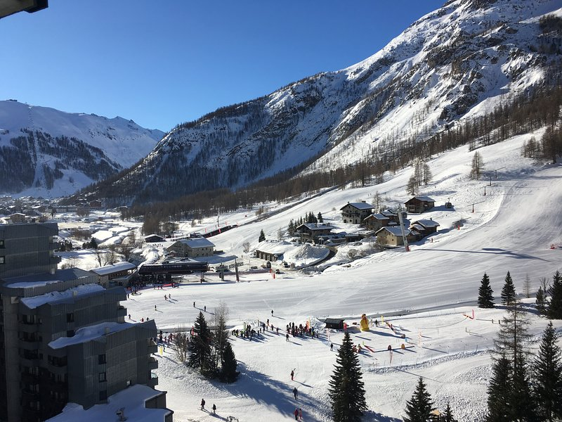 4 Bedroom ski-in apartment with stunning views, location de vacances à Savoie