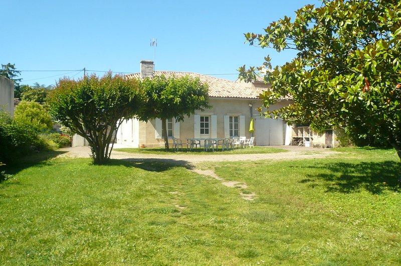 Amazing house with garden & terrace, vacation rental in Saint-Jean-de-Blaignac