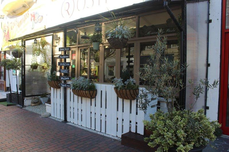 Fai una passeggiata fino a Terminus Road dove troverai molti ristoranti e caffè