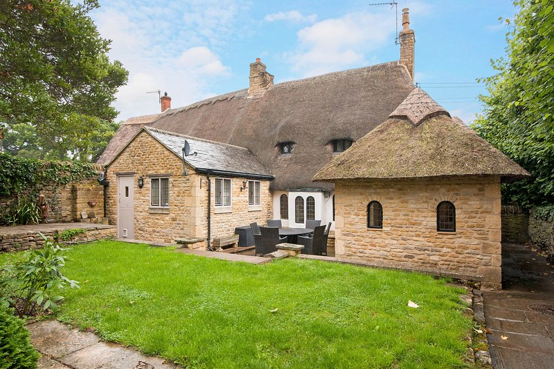 Stone Walls Cottage - Pretty thatched cottage, Sleeping 6, full of character and, holiday rental in Adlestrop