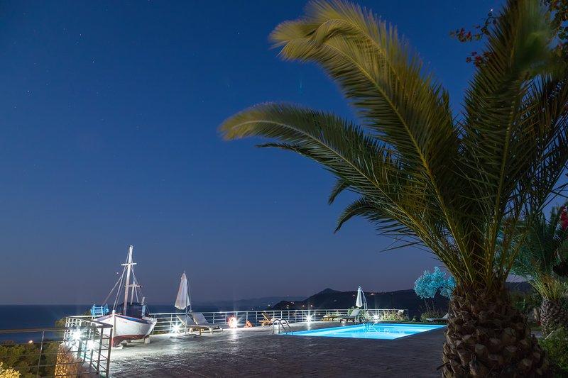 Área de piscina - vista de noche