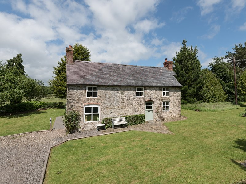 HILLGATE HOUSE, pet-friendly, character holiday cottage, with a garden in, holiday rental in Ratlinghope