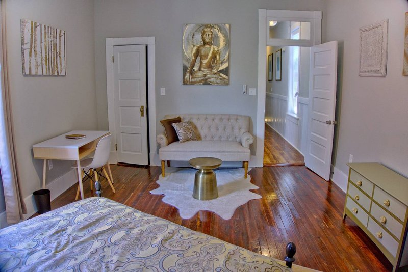 Radiant Renovated 2 Bed Savannah Home, vacation rental in Thunderbolt