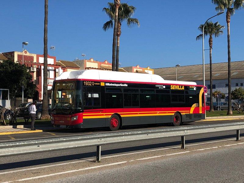 BUS STOP 250MTS DALLA CASA. 2 BUS DI LINEE ARRIVANO OGNI 8 MIN. VIAGGIO 30 minuti al centro città.