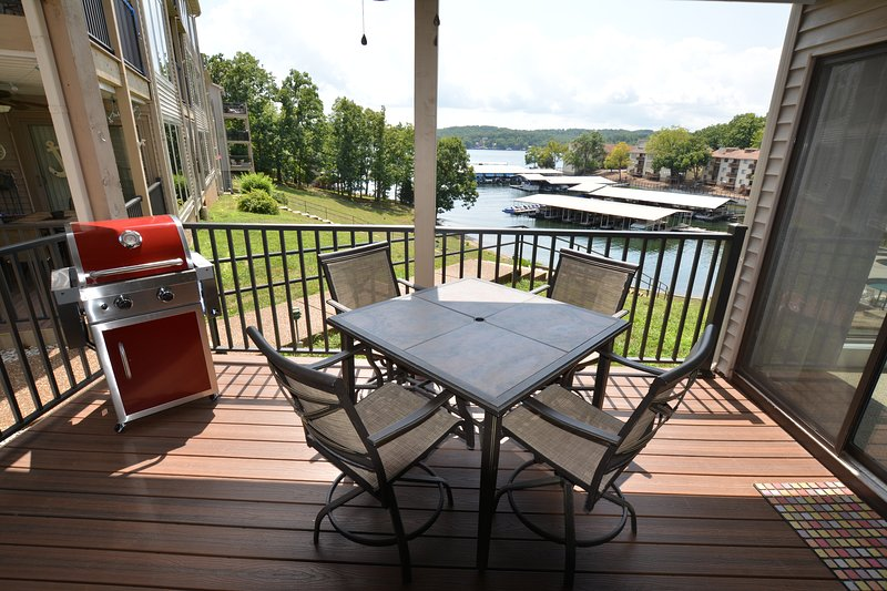 Great Condo with Great View! Walk out to Pool & Lake! Beautiful Inside, alquiler de vacaciones en Tuscumbia