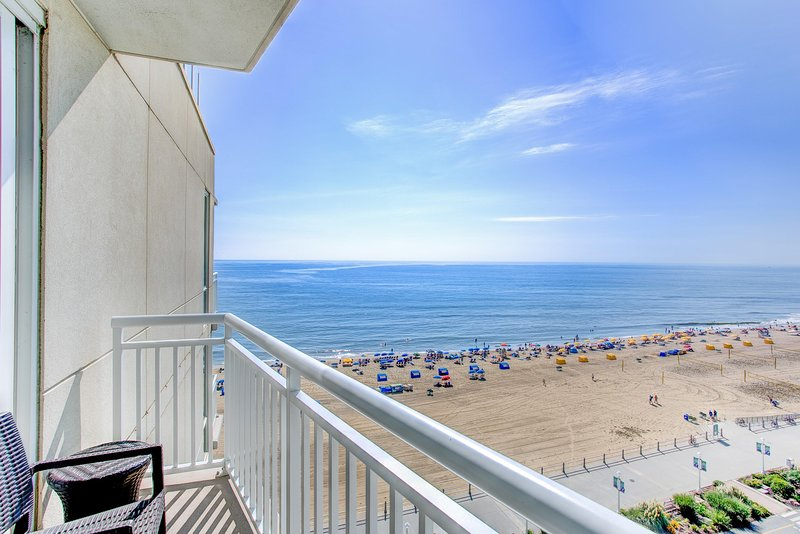 Modern Ocean View Suite w/ Private Balcony, Jetted Tub, Free WiFi & Resort Pools, alquiler de vacaciones en Virginia Beach