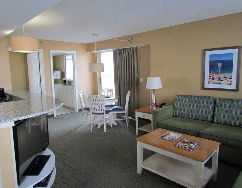 Modern Suite near Beach w/ Free WiFi, Gym, Resort Pools & Great Balcony Views, holiday rental in Virginia Beach