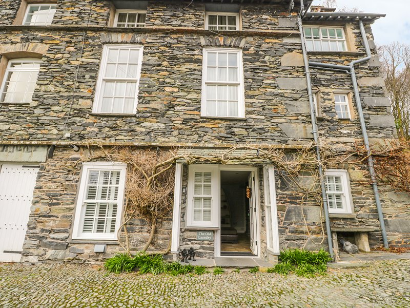 THE OLD LAUNDRY, all ground floor, en-suites, parking, shared garden, in, holiday rental in Loughrigg