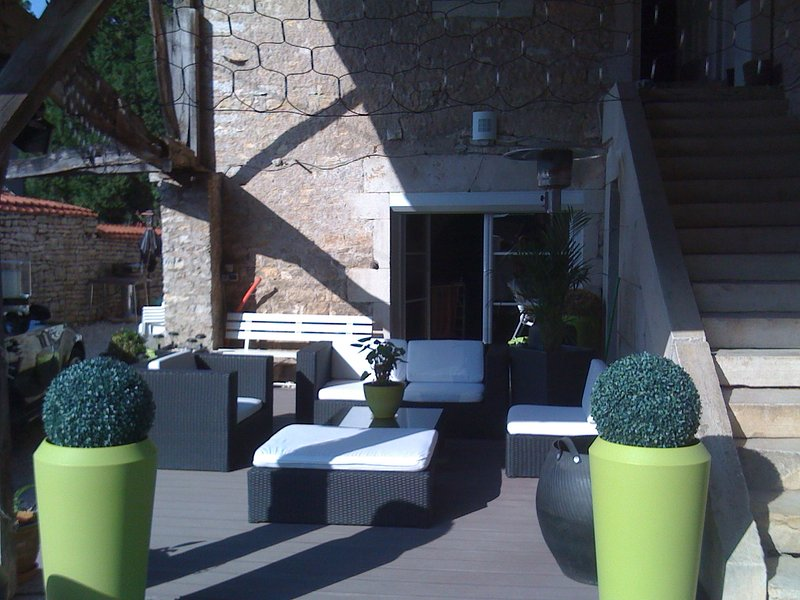 Spacious apt with garden & terrace, holiday rental in Etrabonne