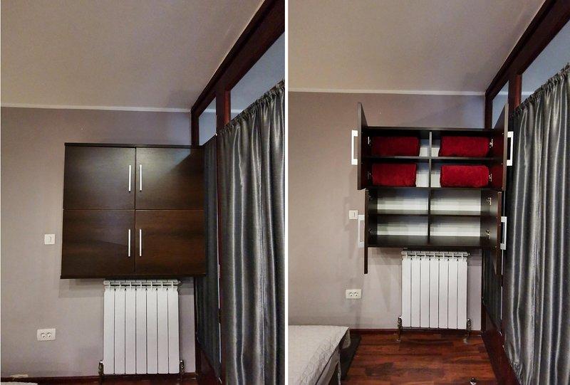 Muebles de dormitorio con estanterías.