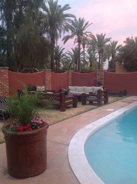 áreas de descanso cerca de la piscina