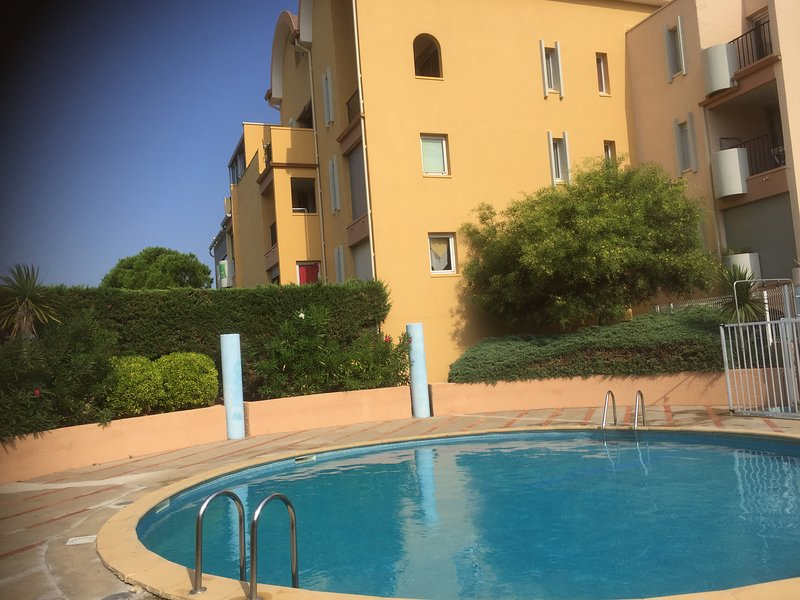 STUDIO CABINE LOGGIA AVEC PISCINE, vacation rental in Bages