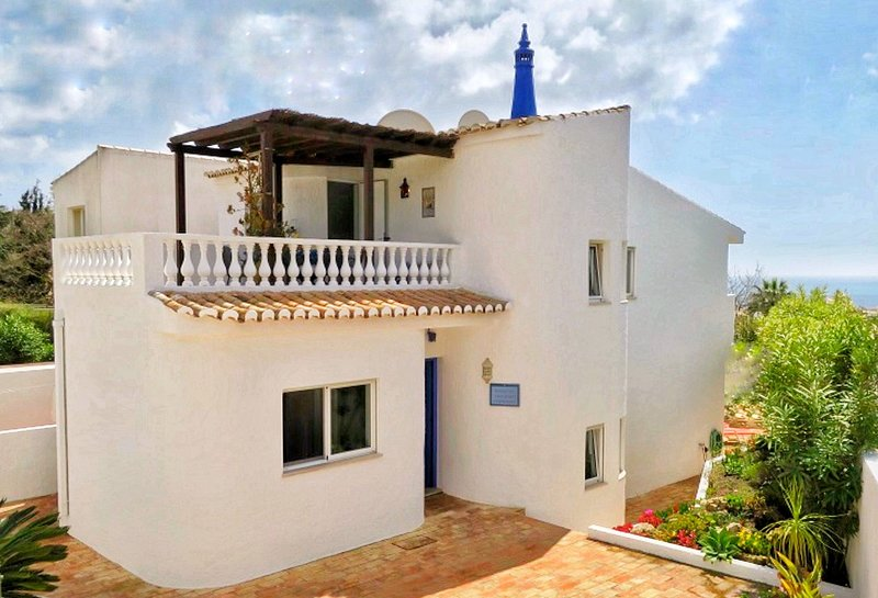 Two Blue Elephants ✤ Sea view & big terrace ✤ 5min from beach and city center, holiday rental in Espiche