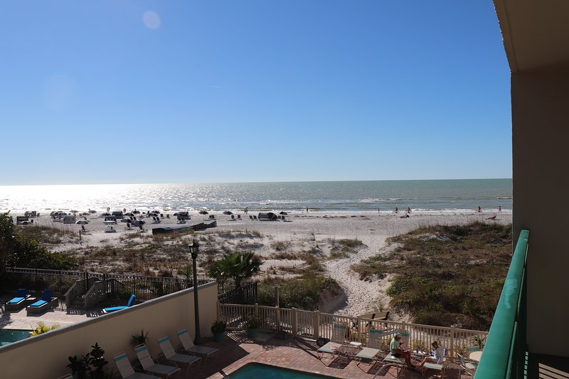 Spectacular Beachfront Condo-Private Beach/No Fees, aluguéis de temporada em Saint Pete Beach