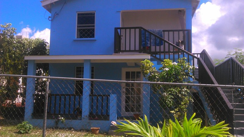 Cool blue minutes from beautiful Port St Charles Beach, holiday rental in Six Mens