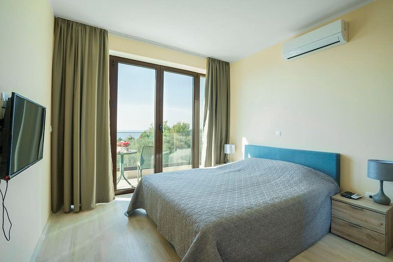 Adria Lux Apartments Sveti Stefan - Two Bedroom Suite (Unit 2), alquiler vacacional en Rijeka Rezevici
