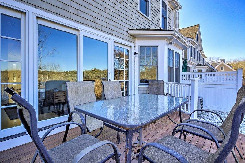 Het huis met 2 slaapkamers en 2 badkamers biedt uitzicht op Perch Pond vanaf het gemeubileerde terras.