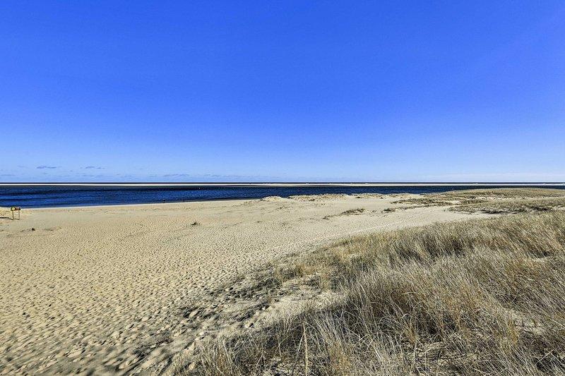 Breng je strandlaken en badpak mee voor een ontspannen dag op het strand.